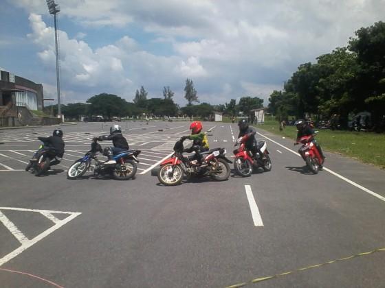 Para rider sedang berebut menempati posisi 1